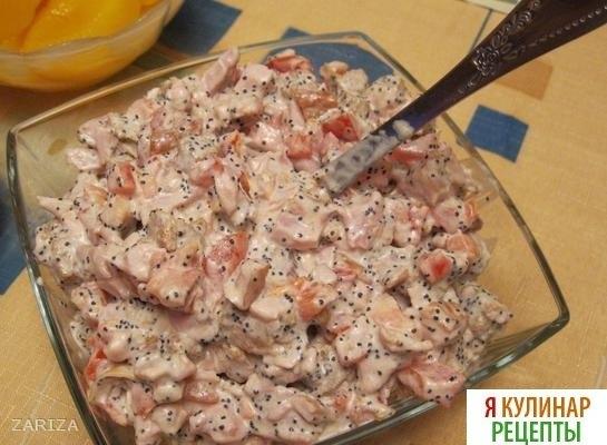 Салат из помидор и копченой курицы и маком
